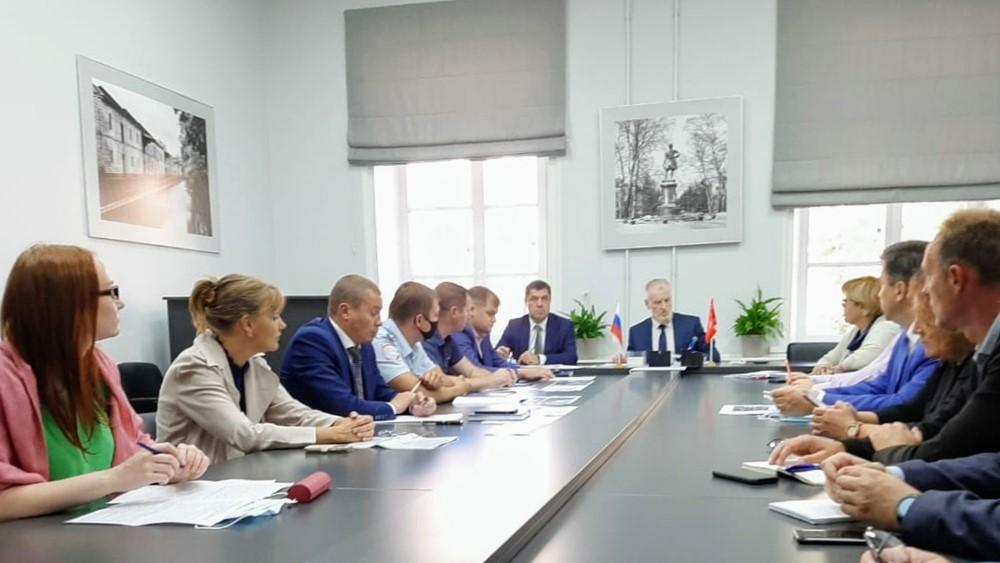 Совещание провел глава администрации Кронштадтского района Олег Довганюк