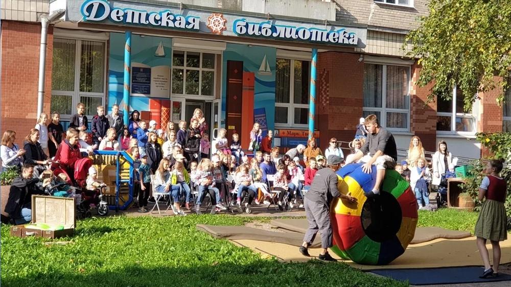 Театр-цирк «Монгольфьери» провел программу «Рио-рита» в Детской библиотеке Кронштадта