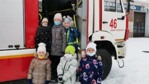 На экскурсию пришли дети - второклашки 425 школы Кронштадта и их родители