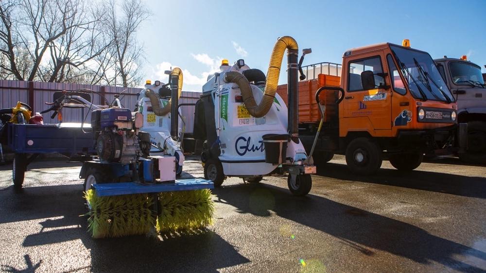 В уборке города весной и летом будет задействованы тракторы, машины с поливомоечным оборудованием, бобкеты, мультикар и ЗИЛ