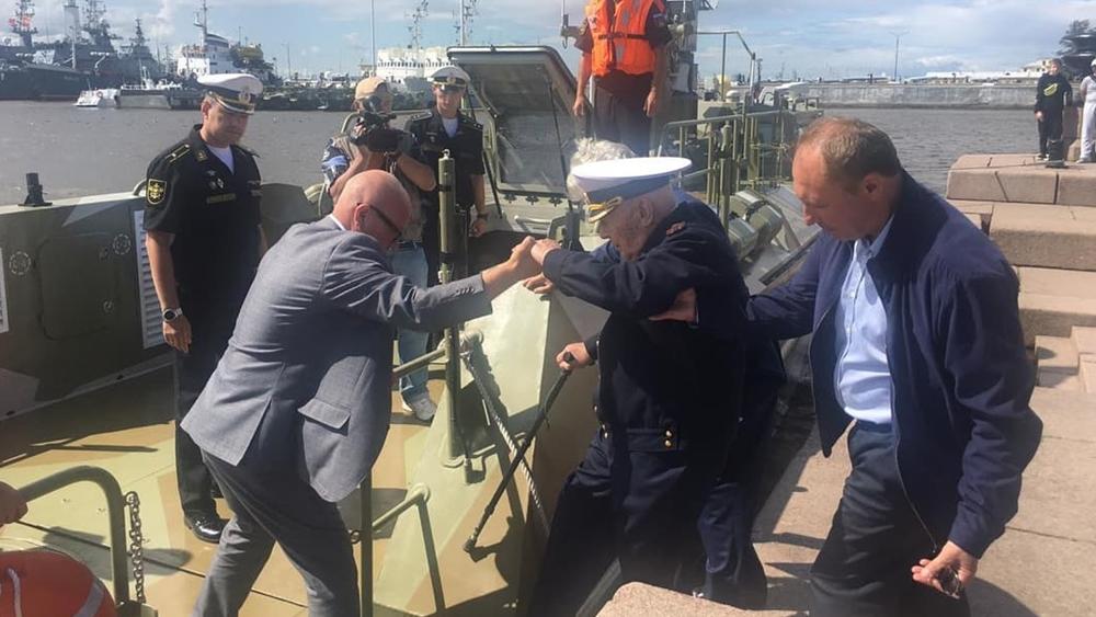 На свое 100-летие Почетный житель Кронштадта обошел строй кораблей