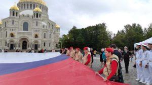 Огромный флаг России появился на Якорной площади Кронштадта