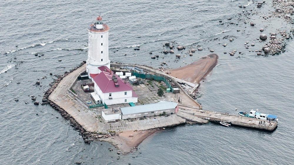 На старейшем в России маяке «Толбухин» две недели нет света
