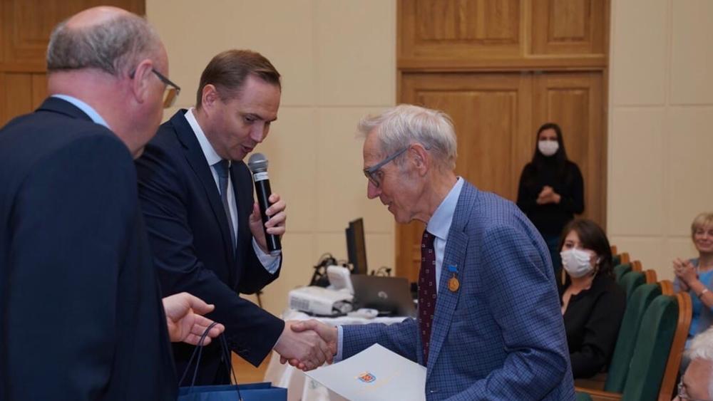 Ученый с мировым именем награжден знаком «За заслуги перед Санкт-Петербургом»
