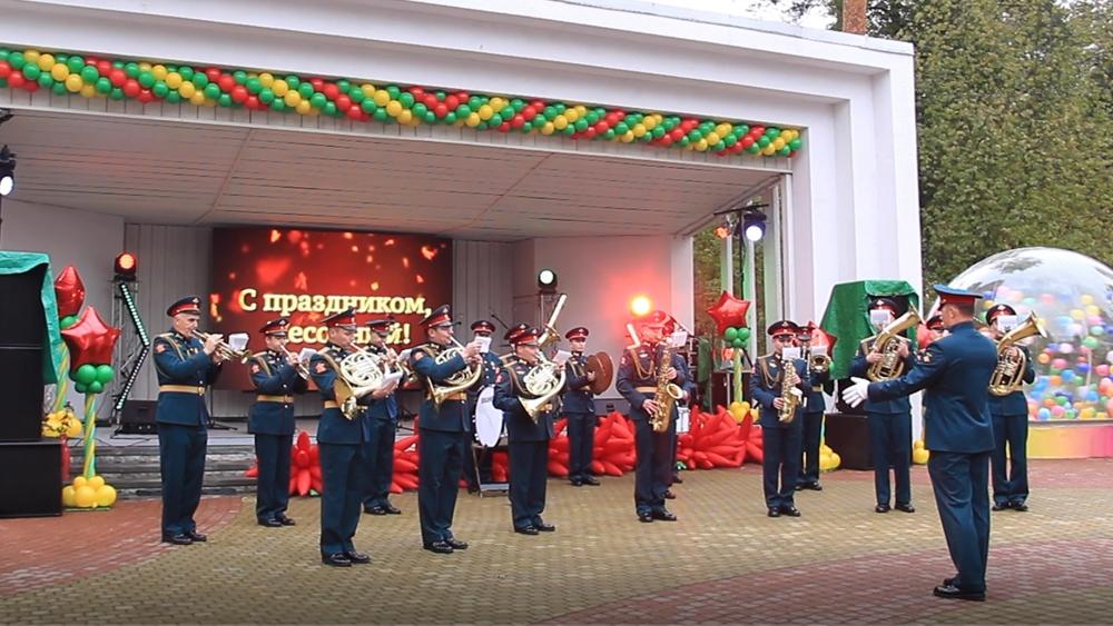 Жители поселка Песочный отпраздновал день его основания