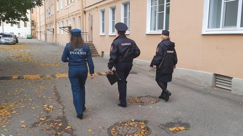Сотрудники МЧС и полиции проводят профилактические обходы в Кронштадте